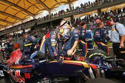 Carlos Sainz Jr., Scuderia Toro Rosso STR11 en la parrilla