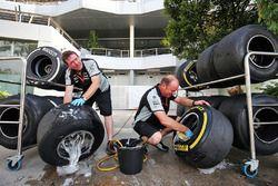 Meccanici Sahara Force India F1 Team, lavano le PIrelli