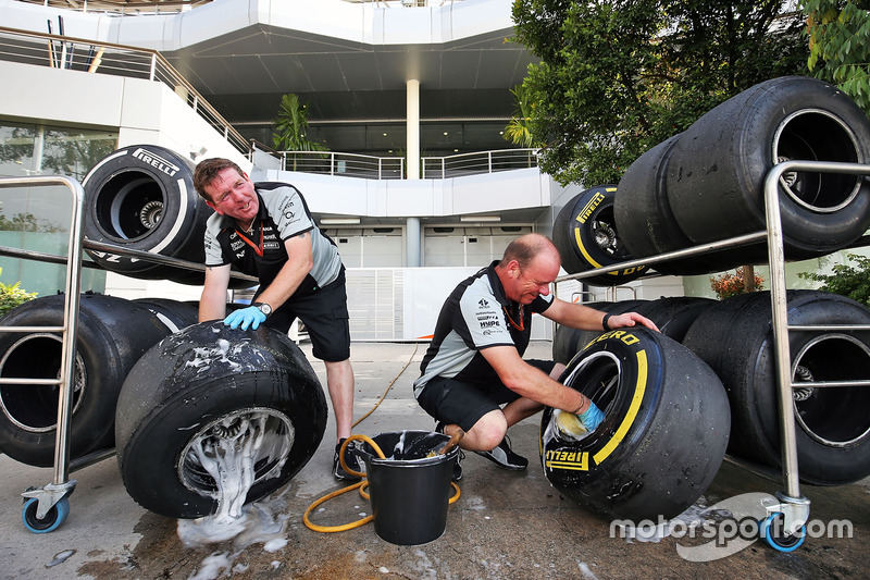 Mechaniker beim Reifenwaschen
