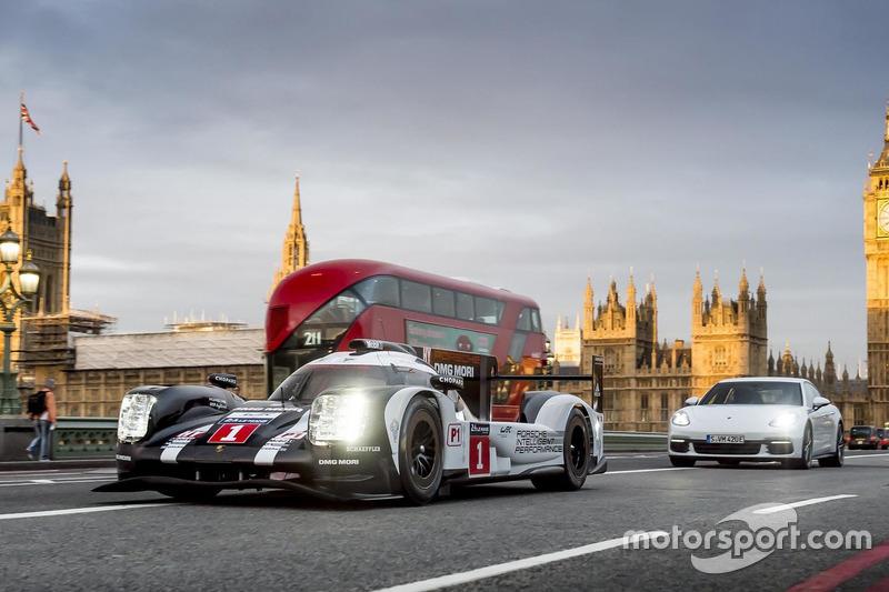 Mark Webber con el Porsche 919 LMP1 híbrido en Londres