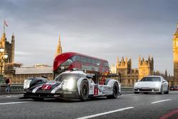 Merk Webber met de Porsche 919 Hybrid LMP1 in Londen