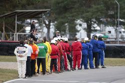 NASCAR-Offizielle während der Nationalhymne