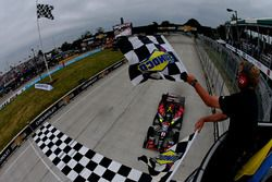 Sébastien Bourdais, KV Racing Technology Chevrolet passe sous le drapeau à damiers