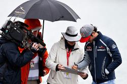 Carlos Sainz Jr., Scuderia Toro Rosso signent des autographes