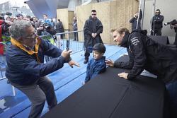 Nico Rosberg, Mercedes AMG F1 pose pour une photographie avec un jeune fan