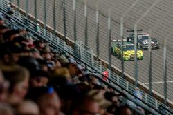 Gevecht tussen Mike Rockenfeller, Audi Sport Team Phoenix, Audi RS 5 DTM en Daniel Juncadella, Merce