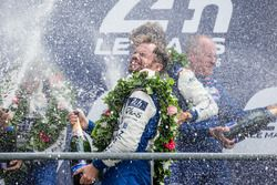 LMP2 podio: celebración con champagne