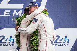 LMP1 Podio: clase y los ganadores de la general#2 Porsche Team Porsche 919 Hybrid: Romain Dumas yMar