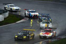 #36 Walkenhorst Motorsport, BMW M6 GT3: Jörg Müller, Jesse Krohn, Victor Bouveng; #30 Frikadelli Rac