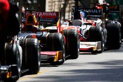 Le monoposto della GP2 cars attendono di esere spinte in pit lane