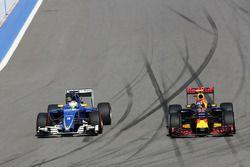 Marcus Ericsson, Sauber C35 et Daniil Kvyat, Red Bull Racing RB12