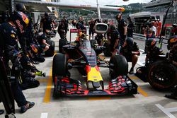 Daniel Ricciardo, Red Bull Racing RB12 mit dem Aeroscreen in der Box