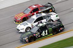 Kurt Busch, Stewart-Haas Racing Chevrolet, Brad Keselowski, Team Penske Ford, und Jamie McMurray Chi