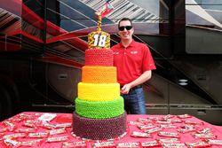 Kyle Busch, Joe Gibbs Racing Toyota con su pastel de cumpleaños