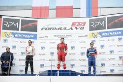 Podium: Sieger Aurelien Panis, Arden Motorsport; 2. Tom Dillmann, AVF; 3. Matevos Isaakyan, SMP Raci