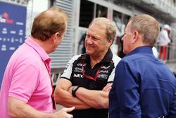Jonathan Palmer, met Robert Fernley, Sahara Force India F1 Team gedeputeerd teambaas, en Martin Brun