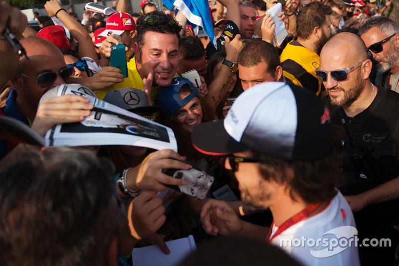 Fernando Alonso, McLaren firma autografi ai tifosi