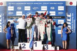 Podium: vainqueur Yvan Muller, Citroën World Touring Car Team, deuxième place José María López, Citroën World Touring Car Team, troisième place Tiago Monteiro, Honda Racing Team JAS, vainqueur indépendant Mehdi Bennani, Sébastien Loeb Racing