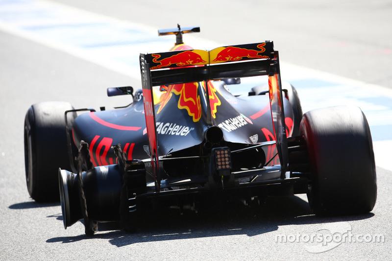 Mas o pneu traseiro esquerdo do australiano não resistiu e o alemão conseguiu terminar em terceiro. Mesmo tendo que trocar o composto, Ricciardo terminou em quarto.