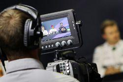 Ein Kameramann filmt die Pressekonferenz