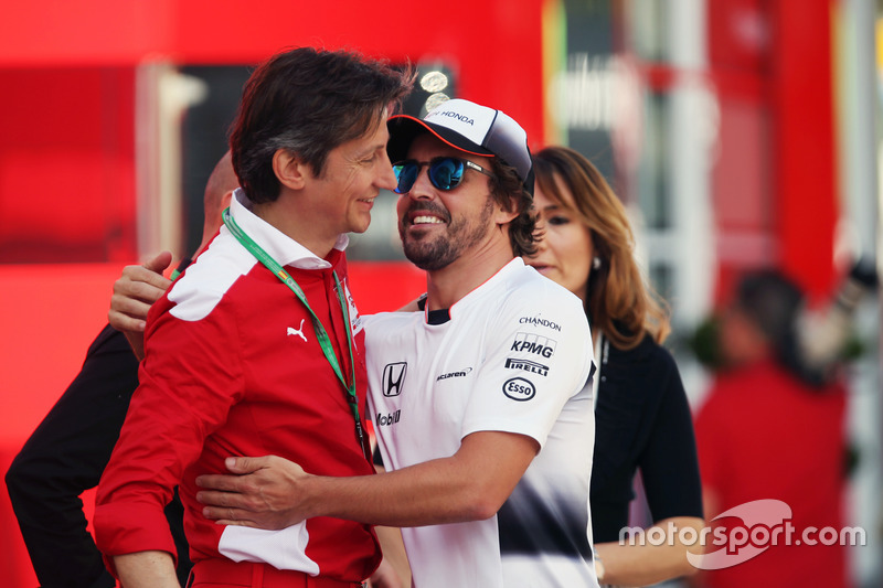 Fernando Alonso, McLaren, con Luca Baldisserri, Ferrari Driver Academy Director