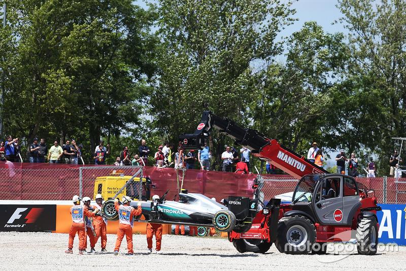 Instantes depois, no entanto, Rosberg e Hamilton se tocaram e foram parar na brita, abandonando prematuramente a prova.