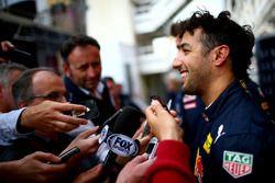 Daniel Ricciardo, Red Bull Racing habla con miembros de los medios de comunicación