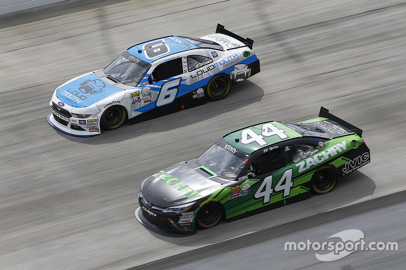 Darrell Wallace Jr., Roush Fenway Racing Ford, und J.J. Yeley, TriStar Motorsports Toyota