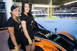 Encantadoras chicas de Race of Champions con el coche Radical que participarán en la carrera de camp
