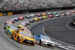 Restart: Kyle Busch, Joe Gibbs Racing Toyota, Kevin Harvick, Stewart-Haas Racing Chevrolet