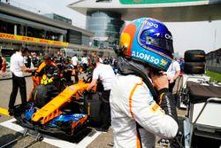 Fernando Alonso, McLaren, sur la grille de départ