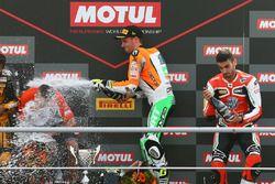 Sur le podium : le vainqueur Jules Cluzel, NRT, le troisième, Raffaele De Rosa, MV Agusta Reparto Corse by Vamag