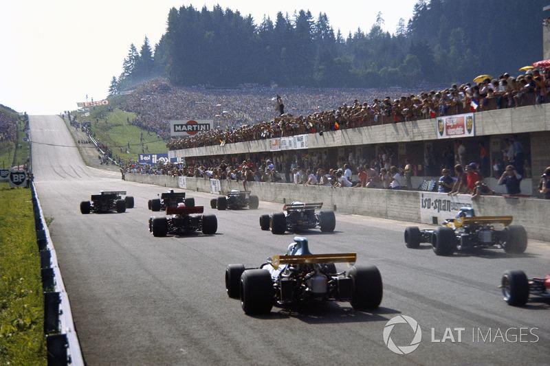 В Австрийские альпы Формула 1 приехала в середине августа. Трасса «Остеррайхринг» во многом напоминала нынешний «Ред Булл Ринг», но была еще быстрее, а одной из ее фирменных особенностей был крутой подъем сразу после старта (сейчас машины в этом месте уходят не вверх, а направо)