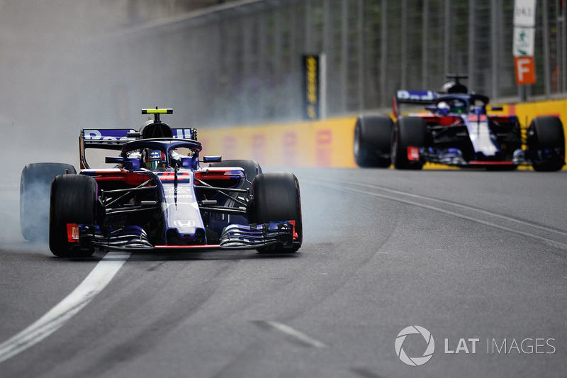 Pierre Gasly, Scuderia Toro Rosso STR13 locks up avoiding Brendon Hartley, Scuderia Toro Rosso STR13
