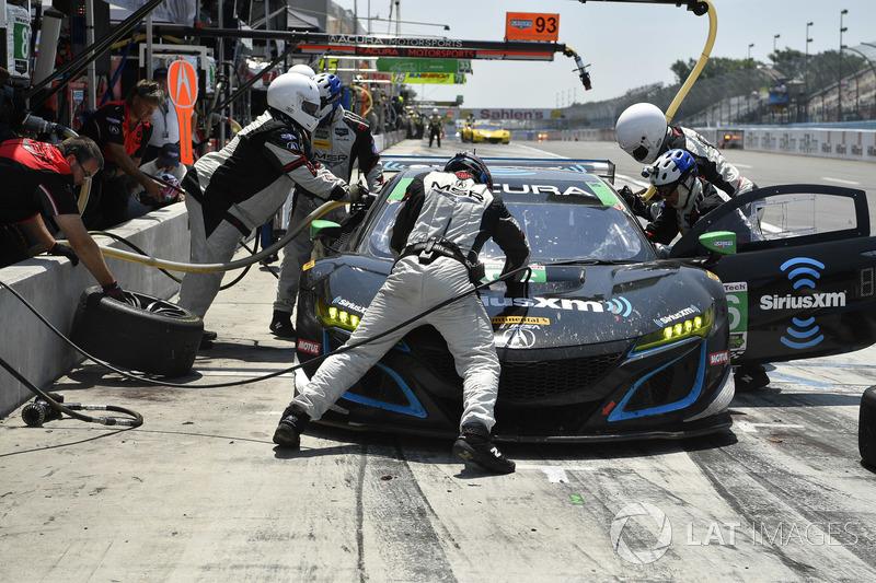 #86 Michael Shank Racing con Curb-Agajanian Acura NSX, GTD: Katherine Legge, Alvaro Parente, pit stop