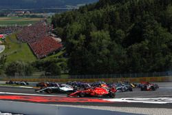 Lewis Hamilton, Mercedes-AMG F1 W09 y Kimi Raikkonen, Ferrari SF71H batalla al inicio