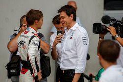 Победитель Джордж Расселл, ART Grand Prix, и исполнительный директор Mercedes AMG F1 Тото Вольф