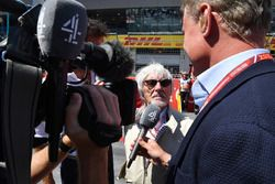 Bernie Ecclestone, talks with David Coulthard, Channel 4 F1 on the grid