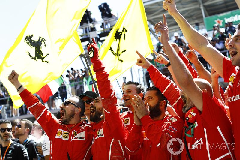 Equipo Ferrari celebra en el podio