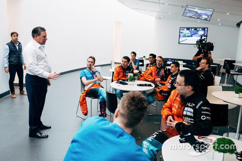 Zak Brown, director ejecutivo de McLaren Technology Group con participantes del McLaren World's Fastest Gamer
