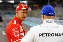 Sebastian Vettel, Ferrari, con Valtteri Bottas, Mercedes AMG F1