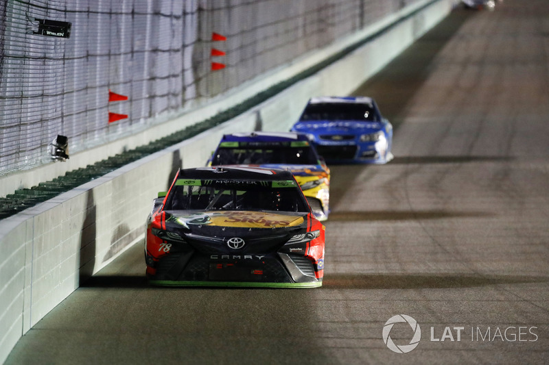 Martin Truex Jr., Furniture Row Racing Toyota, Kyle Busch, Joe Gibbs Racing Toyota, Kyle Larson, Chip Ganassi Racing Chevrolet final laps