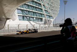 Photographers observe Carlos Sainz Jr., Renault Sport F1 Team RS17