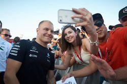 Valtteri Bottas, Mercedes AMG F1, meet a fan