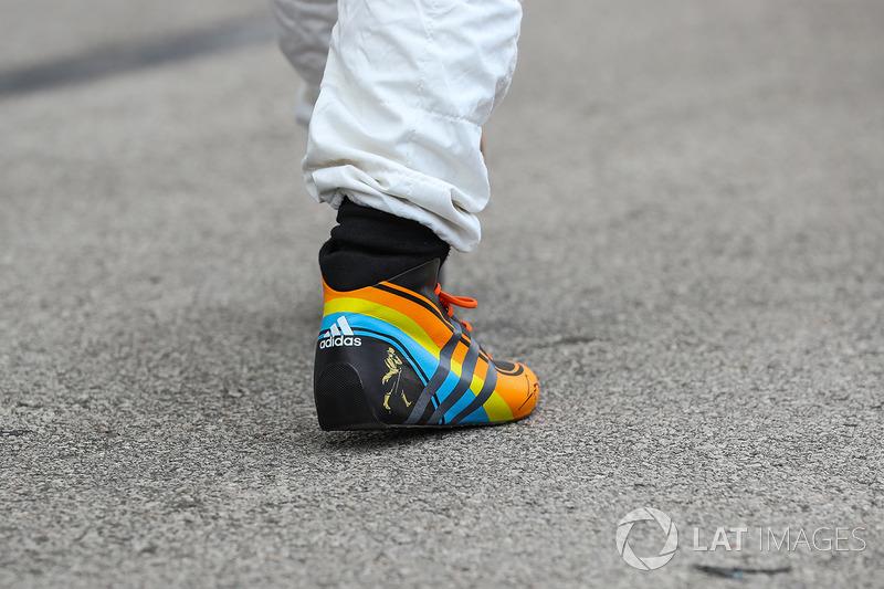 Corak helm Fernando Alonso, McLaren di sepatu balap