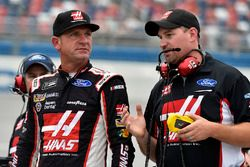 Clint Bowyer, Stewart-Haas Racing Ford, mit Crewchief Mike Bugarewicz