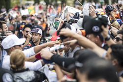 Lewis Hamilton, Mercedes AMG F1 and Daniel Ricciardo, Red Bull Racing sign autographs for the fans