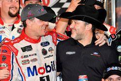 Ganador de la carrera Kevin Harvick, Stewart-Haas Racing Ford y Tony Stewart
