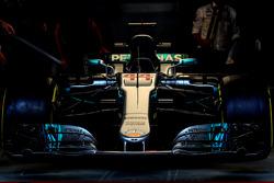 Автомобиль Mercedes AMG F1 W08 Льюиса Хэмилтона в гараже команды