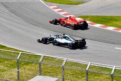 Lewis Hamilton, Mercedes-AMG F1 W09 oraz Sebastian Vettel, Ferrari SF71H